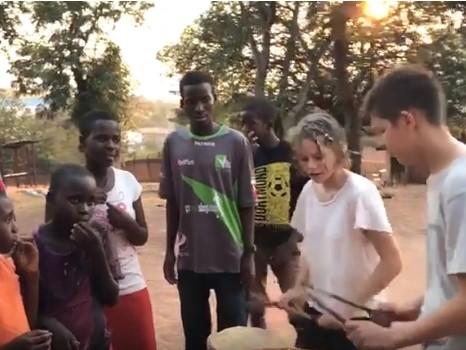 """Alla Casa del Volontario di Sanganigwa si canta """"L'ombelico del mondo"""""""
