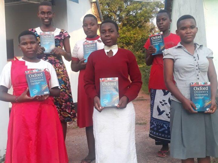 Dizionari di inglese per i ragazzi di Sanganigwa della scuola secondaria grazie ai proventi della Campagna Cellulari
