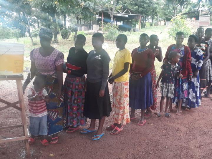 Insieme ai bimbi e agli operatori dell'orfanotrofio Sanganigwa, in Tanzania